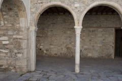 在最旧的房子的主场上的曲拱在雅典,希腊 免版税图库摄影