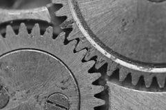 在最旧的钟表机构,宏指令的黑白金属钝齿轮 免版税图库摄影