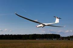 在最终滑翔的Sailplane 免版税库存图片