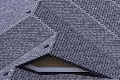 在最近被修建的细分的屋顶在基隆拿不列颠哥伦比亚省显示沥青木瓦的加拿大 免版税库存图片