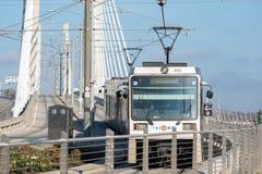 在最近被修筑的Tilikum过桥的波特兰Trimet路面电车 图库摄影
