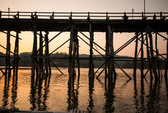 在最长的木桥和浮动镇的日落在Sangkla 免版税库存图片