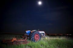 在月亮下的拖拉机 免版税图库摄影