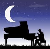 在月亮下的钢琴演奏家 免版税库存图片