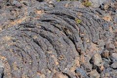 在月亮国家历史文物ay烟花显示的火山口的熔岩流 免版税库存图片