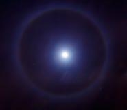 在月亮或一个轻的圆环附近的光晕在月亮附近 照片作为 库存图片