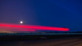 在月亮的汽车车灯 免版税库存图片