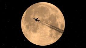 在月亮的背景的飞行飞机 股票视频