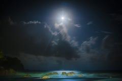 在月光下的海滩 免版税库存图片