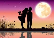 在月光下的爱,传染媒介例证 免版税图库摄影