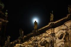 在月光的雕塑 免版税库存图片