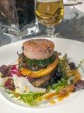 在有些菜的汉堡包 免版税库存照片