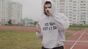 在有冠乌鸦拳击的年轻人训练与体育场的无形的对手 股票录像