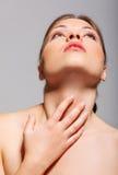 在有刺的概念附近她的痛苦喉头电汇妇女年轻人 图库摄影