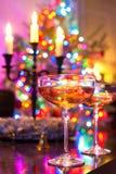 在有启发性圣诞树defocused ba的两块香槟玻璃 库存图片