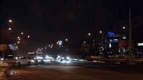 在有启发性夜城市街道的时间间隔繁忙运输 股票录像