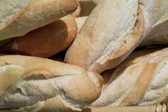 在有壳的新白色上添面包 图库摄影