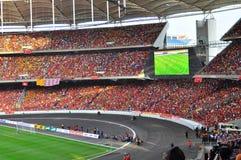 在有大屏幕的体育场拥挤在背景中 免版税库存照片