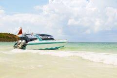 在有好的蓝天的,亚洲海岛海加速小船 库存图片