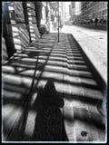 在有妇女` s阴影挥动的一条边路遮蔽的芝加哥` s建筑设计 免版税库存图片