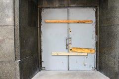 在有委员会的大理石大厦的被破坏的和打破的引入线横跨它钉牢把它关起来 库存照片