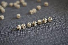 在有学问的瓦片做的灰色织品背景的婚礼标题 免版税图库摄影