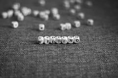 在有学问的瓦片做的灰色织品背景的黑白婚礼标题 免版税库存图片