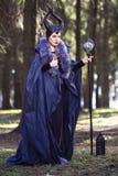 在有害衣物和垫铁的白种人女性姿势在春天森林有镜子球的藏品弯曲处 免版税库存图片