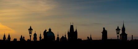 在有对比天空颜色的布拉格现出轮廓场面日出 免版税库存照片