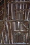 在有射线的一个老谷仓里面和委员会和雪 免版税图库摄影