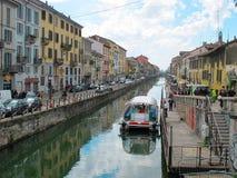 在有小船和咖啡馆的436,意大利米兰浇灌运河, 2012年 库存照片