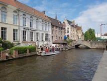 在有小船等待的人民的布鲁日浇灌运河进来 图库摄影