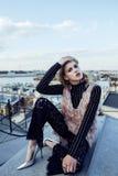在有屋顶的上面的年轻俏丽的时尚夫人乐趣党时间,生活方式人概念 库存图片