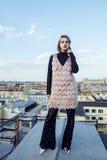 在有屋顶的上面的年轻俏丽的时尚夫人乐趣党时间,生活方式人概念 免版税图库摄影