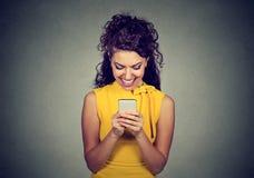 在有巧妙的电话的妇女键入的正文消息一次宜人的交谈 免版税库存照片