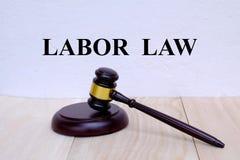 在有惊堂木的墙壁写的劳工法在木背景 3d背景概念例证查出的法律回报了白色 库存图片