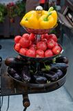 在有排列的盘子的明亮和新鲜蔬菜 免版税图库摄影