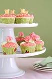 在有排列的cakestand的婚礼杯形蛋糕 免版税库存照片