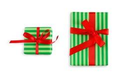 在有斑纹的纸和红色丝带包裹的礼物盒 免版税库存图片