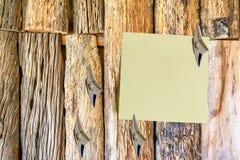 在有日本ninja携带武器的老木墙壁上附有的空白的纸 免版税库存图片