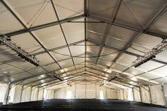 在有椽木的一个巨大的白色帐篷里面 库存图片