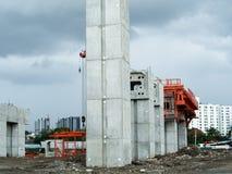 在有橙色钢驻地的建造场所巩固岗位 免版税图库摄影