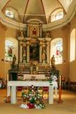 在有法坛和花的一个教会里面 免版税库存照片