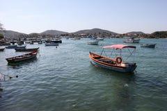 在有海的连接渠道停住的木小船 免版税库存图片
