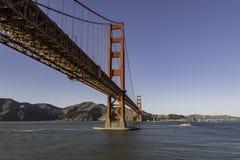 在有清楚的天空的金门大桥下在美国的旧金山 库存照片