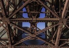 在有清楚的天空的金门大桥下在美国的旧金山 免版税库存照片