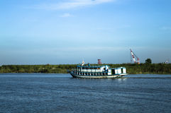 在有游人和商人的河发射 库存照片