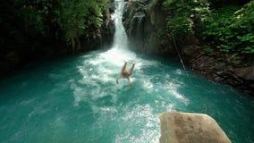 在有瀑布的缓慢的mo河供以人员跳跃 股票视频
