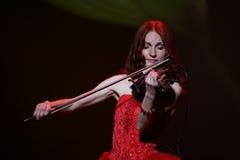 在有火红的头发的阶段-美丽,虚弱和苗条女孩-一位知名的音乐家,艺术鉴赏家小提琴手玛丽亚Bessonova 库存图片