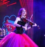 在有火红的头发的阶段-美丽,虚弱和苗条女孩-一位知名的音乐家,艺术鉴赏家小提琴手玛丽亚Bessonova 库存照片
